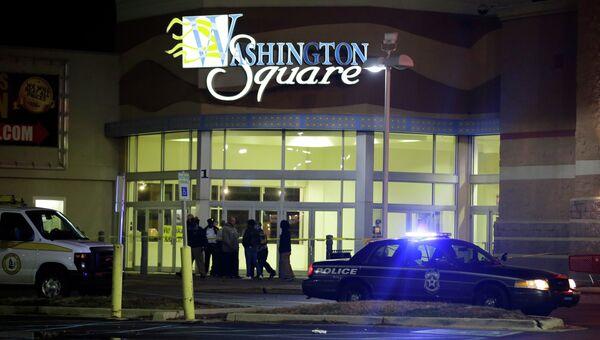 Полиция возле торгового центра, где произошла стрельба, в Индианаполисе, США