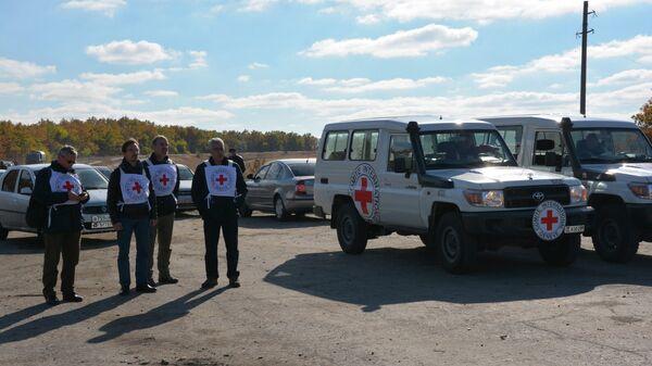 Сотрудники Красного креста в Донбассе