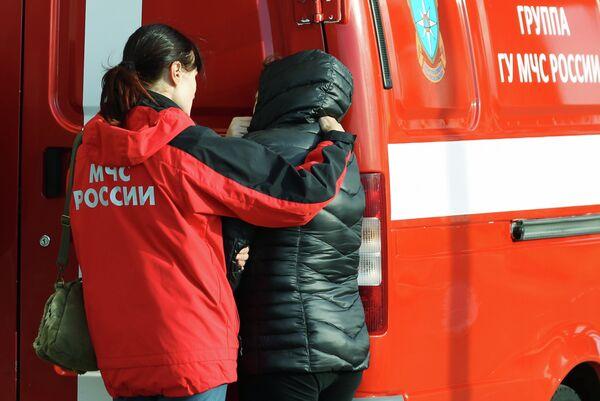 Психолог МЧС помогает родственнице пассажира рейса 9268 в аэропорту Пулково, где должен был приземлиться потерпевший катастрофу лайнер Airbus-321 авиакомпании Когалымавиа