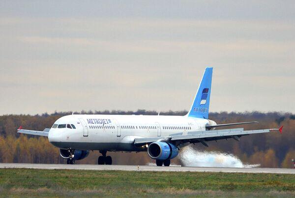Самолет Airbus A321 авиакомпании Metrojet, потерпевший крушение в Египте, в аэропорту Домодедово 20 октября 2015