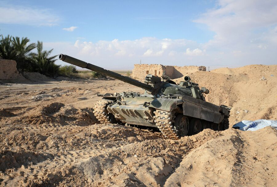 Танк Т-72 на передовых позициях Сирийской Арабской Армии (САА) у дороги из Хомса в Пальмиру