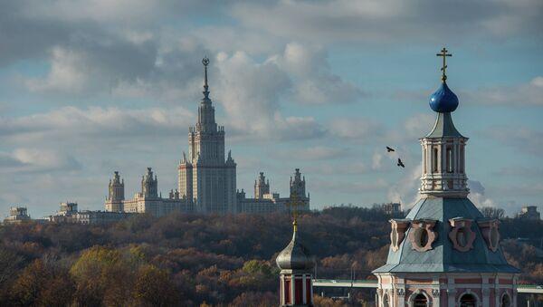 Вид со смотровой площадки РАН на главное здание МГУ. Архивное фото
