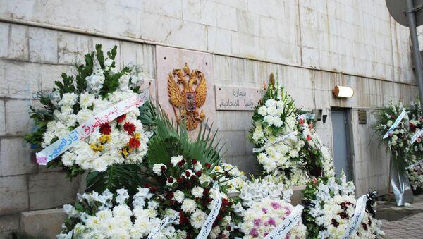 К стенам посольства России в Сирии были возложены венки с цветами в память о погибших в авиакатастрофе российского лайнера А321 в Египте