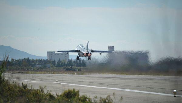 Российский самолет взлетает в аэропорту Хмеймим в Латакии, Сирия. Архивное фото