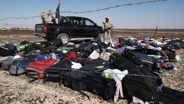 Личные вещи пассажиров на месте крушения самолета Airbus A321