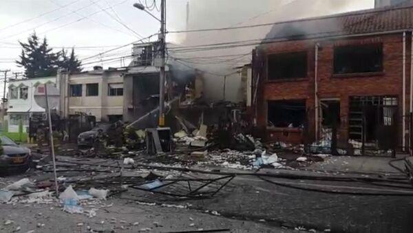 Пожарные заливали водой дымящиеся руины здания на месте взрыва в Боготе