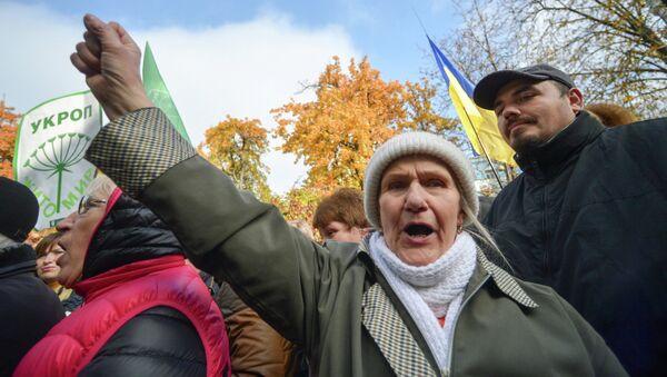 Сторонники партии УКРОП во время митинга в поддержку лидера партии Геннадия Корбана у здания СИЗО службы безопасности Украины