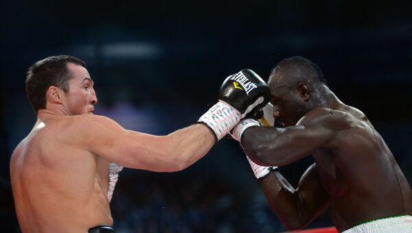 Денис Лебедев (Россия) и Латифом Кайоде (Нигерия) во время боя за титул чемпиона мира по версии WBA в первом тяжелом весе на боксерском шоу в Казани