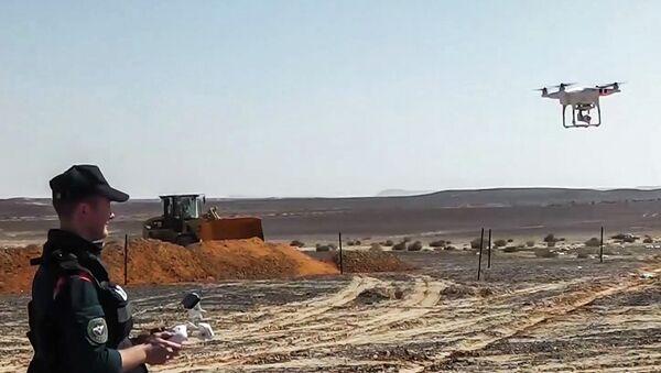Сотрудник МЧС России запускает беспилотный летательный аппарат на месте крушения российского самолета Airbus A321 авиакомпании Когалымавиа в Египте