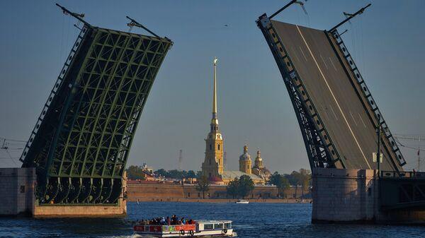 Вид на разведенный Дворцовый мост и Петропавловскую крепость в Санкт-Петербурге. Архивное фото