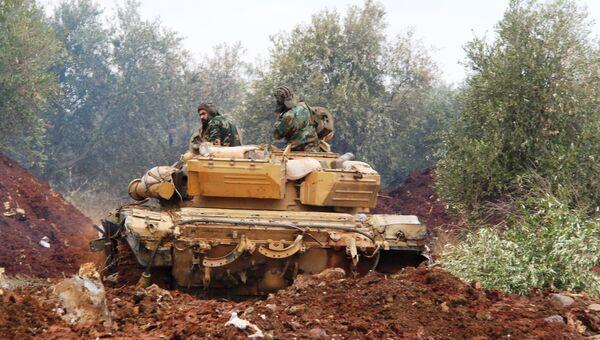 Танк сирийской армии заходит на огневую позицию в районе Шейх-Мискин, провинция Дераа. Архивное фото