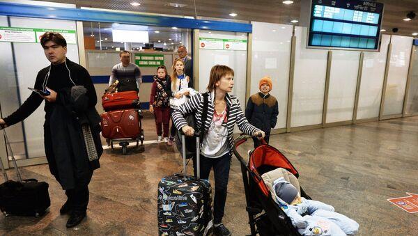 Пассажиры, покидающие зону таможенного контроля в аэропорту Шереметьево в Москве