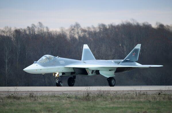 Многоцелевой истребитель пятого поколения Т-50 в подмосковном Жуковском