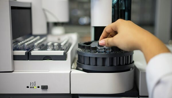 Лаборант проверяет образцы тестирования на допинг. Архивное фото