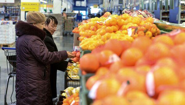Покупатели в торговом центре Метро Кэш энд Керри. Архивное фото