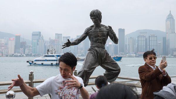 Памятник Брюсу Ли, расположенный на набережной в Гонконге