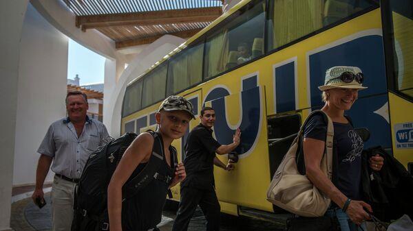Российские туристы во время посадки в автобус российского туроператора в египетском городе Шарм-эш-Шейхе. Архивное фото