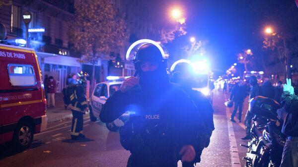 Полиция у театра Батаклан в 11-м округе Парижа, где неизвестные задерживают заложников.