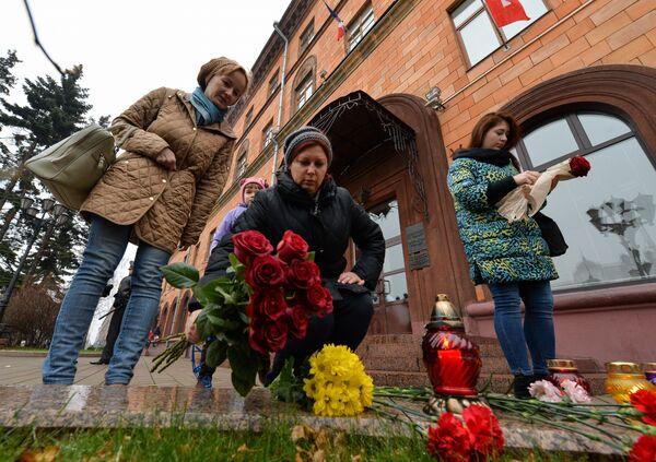 Цветы в память о погибших у французского посольства в Минске