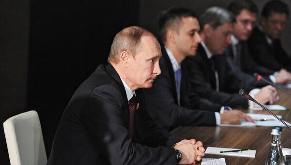 Президент России Владимир Путин во время беседы с председателем Китайской Народной Республики (КНР) Си Цзиньпинем