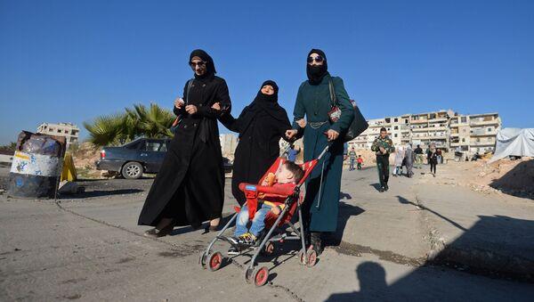 Жители на одной из улиц в сирийском городе Алеппо. Архивное фото