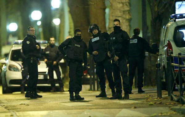 Французские спецназовцы во время перестрелки в районе Парижа Сен-Дени