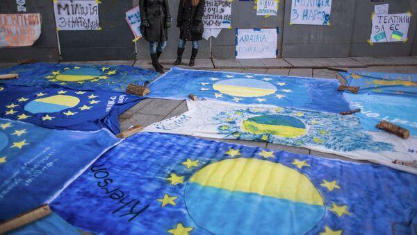 Флаги Евросоюза с названиями городов Украины, разложенные на площади Независимости Киева. Архивное фото