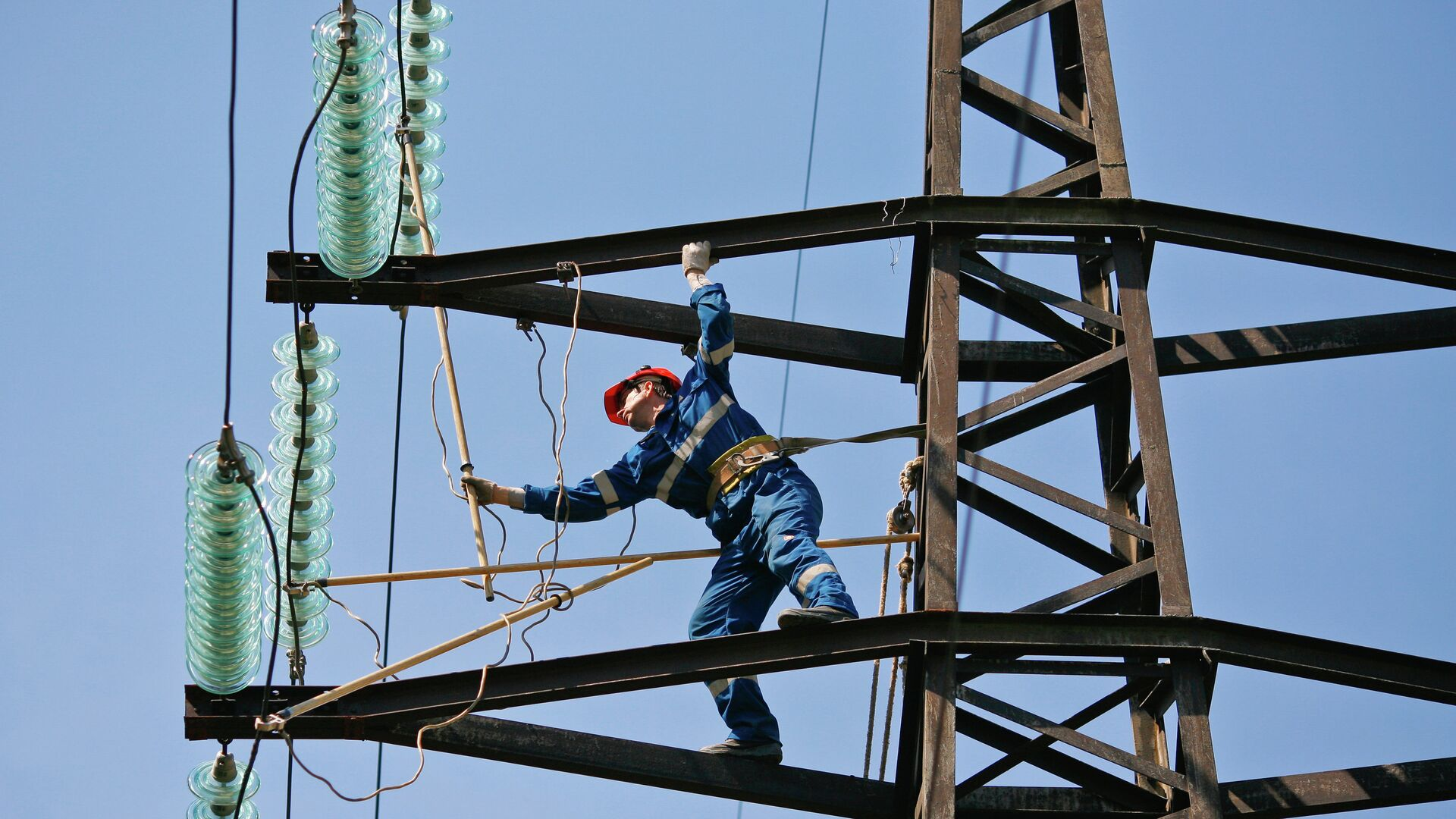 Монтажник проводит ремонт на линии электропередачи - РИА Новости, 1920, 18.09.2020