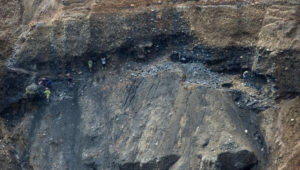 Люди ищут нефрит в отходах шахты близ города Хпакан в Мьянме. Архивное фото