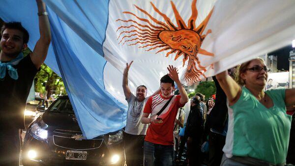 Сторонники кандидата в президенты Маурисио Макри - празднуют победу на улицах Буэнос-Айреса