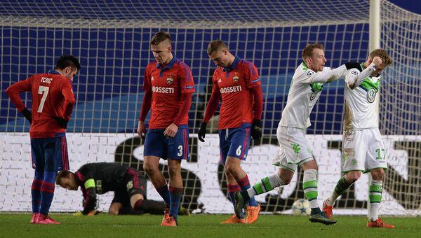 Игрок Вольфсбурга Андре Шюррле (справа) радуется забитому своему голу в матче группового раунда Лиги чемпионов между ПФК ЦСКА