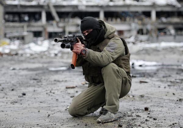 Ополченец Донецкой народной республики (ДНР) на территории Донецкого аэропорта