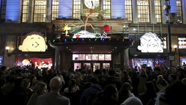 Американцы в ожидании открытия Macy's Herald Square store во время Черной пятницы