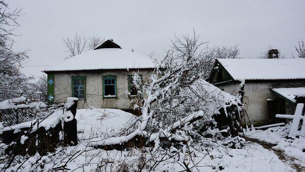 Брошенные дома на линии соприкосновения в ЛНР. Архивное фото