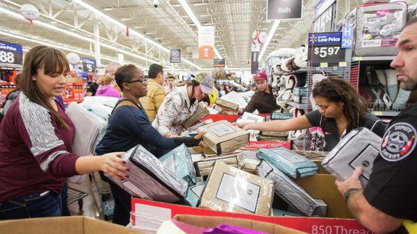 Покупатели в универмаге Walmart во время черной пятницы, США
