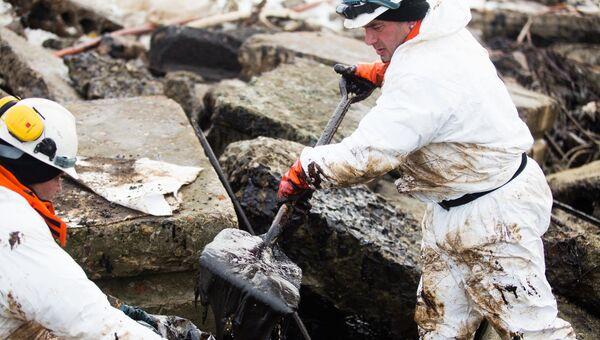 Специалисты компании Экоспас во время ликвидации последствий аварии танкера Надежда