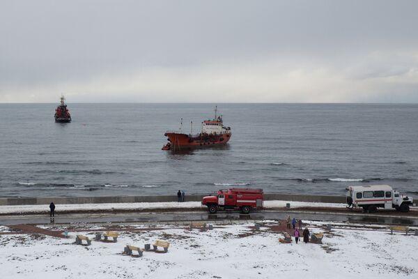 Танкер Надежда, севший на мель в акватории порта Невельск Сахалинской области