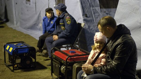 Местные жители в палаточном городке МЧС России в Симферополе