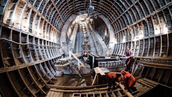 Рабочие во время строительства станции метро. Архивное фото