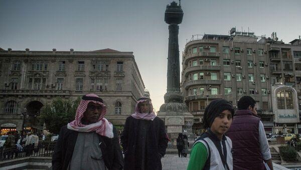 Люди на площади Мерджи в Дамаске. Архивное фото