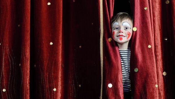 Ребенок на сцене. Архивное фото