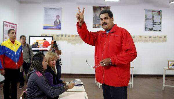 Президент Венесуэлы Николас Мадуро во время голосования на парламентских выборах в Каракасе, Венесуэла