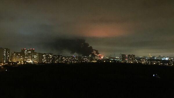 Два этажа пятиэтажного здания горят на территории завода на северо-западе Москвы