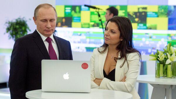 Президент России Владимир Путин и главный редактор телеканала RT (Russia Today) Маргарита Симоньян на выставке, посвящённой 10-летию вещания Russia Today