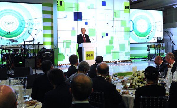 Президент России Владимир Путин выступает на выставке, посвящённой 10-летию вещания Russia Today