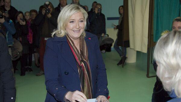 Лидер политической партии Национальный фронт Марин Ле Пен голосует во втором туре региональных выборов