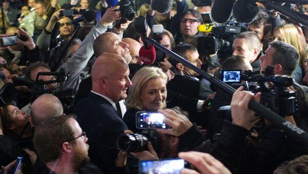 Лидер политической партии Национальный фронт Марин Ле Пен (в центре)