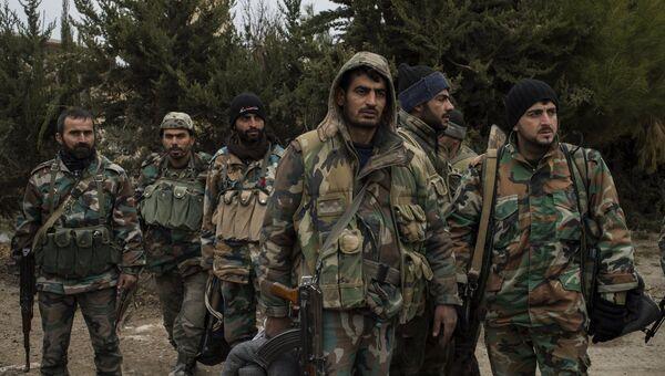Военнослужащие Сирийской арабской армии на территории взятого под контроль военного аэродрома Мардж аль-Султан на юго-востоке Дамаска. Архивное фото