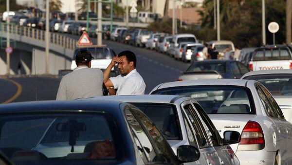 Водители стоят в очереди за бензином в центре Триполи