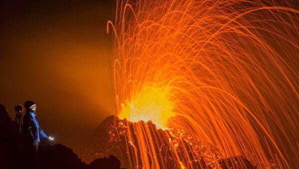 Извержение вулкана Питон-де-ла-Фурнез на французском острове Реюньон в Индийском океане